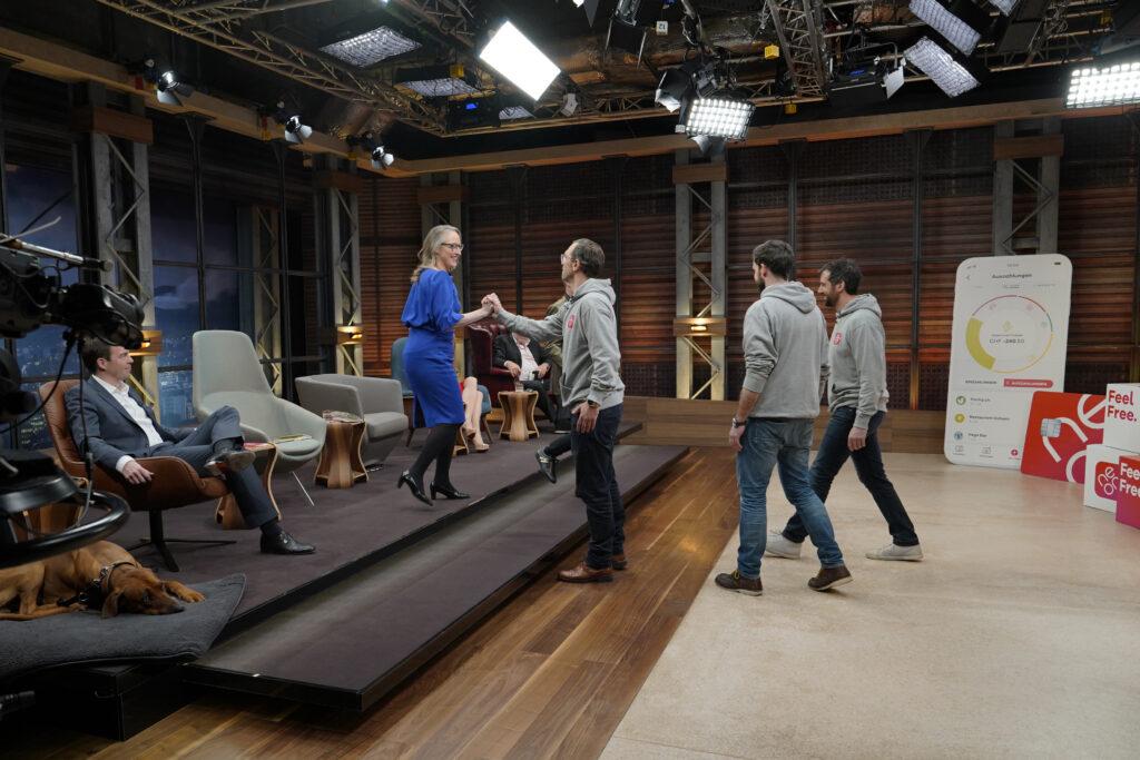 Hoehle der Loewen Deal Handshake Bettina Hein Julius Kirscheneder