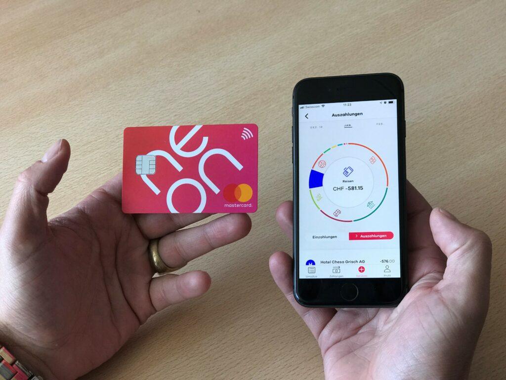 Karte und App in Händen_quer